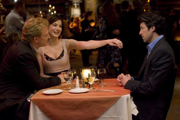 mujer mostrando su anillo a un hombre