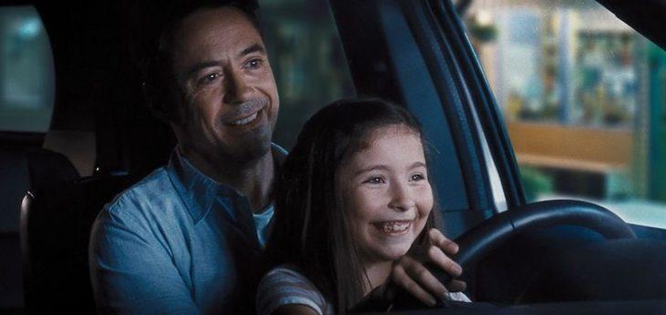 hombre con su hija enseñándola a conducir