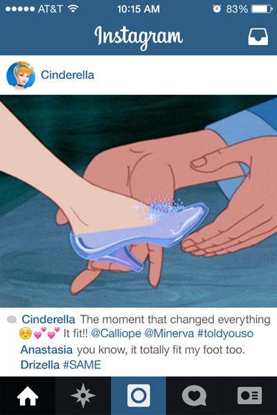 escena de la película la cenicienta donde el principe le coloca la zapatilla de cristal