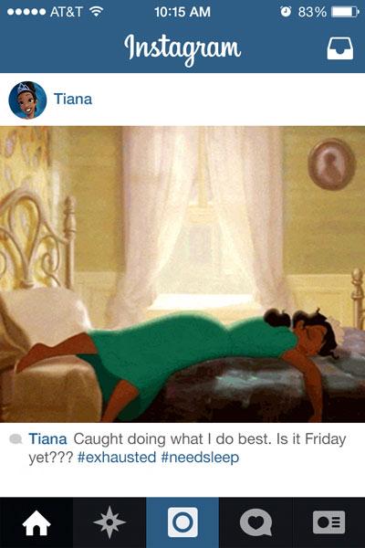 personaje Tiana de la película la princesa y el sapo acostada en una cama