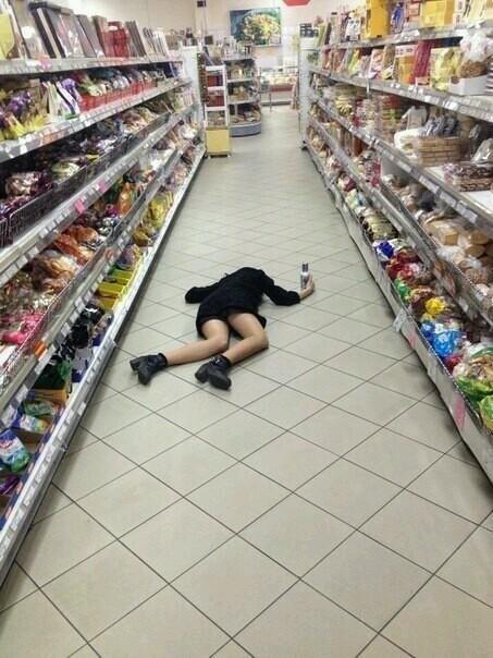 mujer tirada en medio del pasillo de un supermercado
