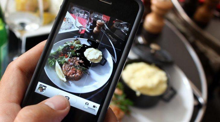 persona fotografiando su comida con el celular