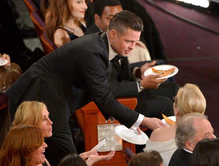 hombre pidiéndole un pedazo de pizza a una mujer