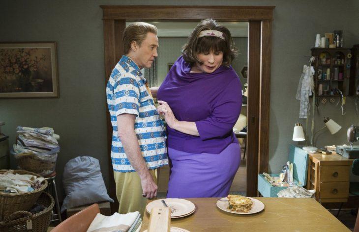 escena de la película hairspray donde la mujer esta viendo la comida en la mesa