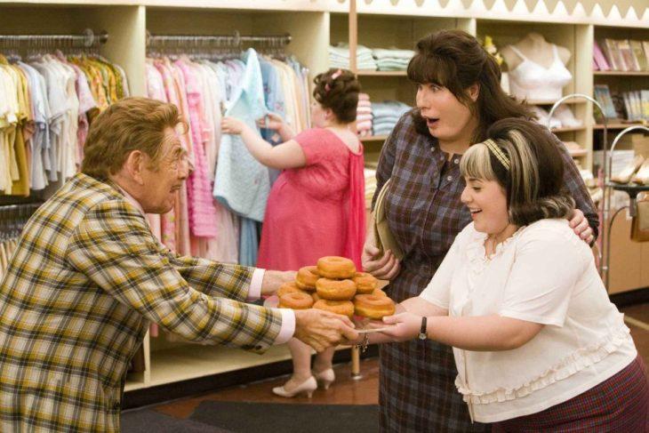 escena de la película hairspray donde un hombre les entrega donas a unas mujeres