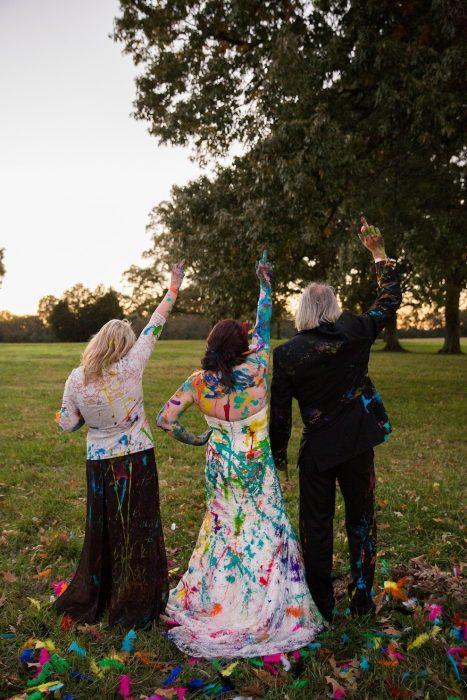 padres de la novia junto a ella de espaldas levantando las manos
