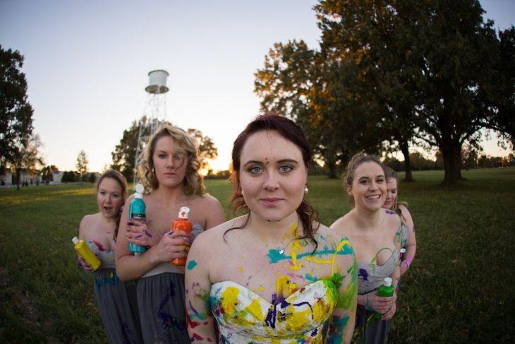 novia junto a sus damas con los vestidos llenos de pinura