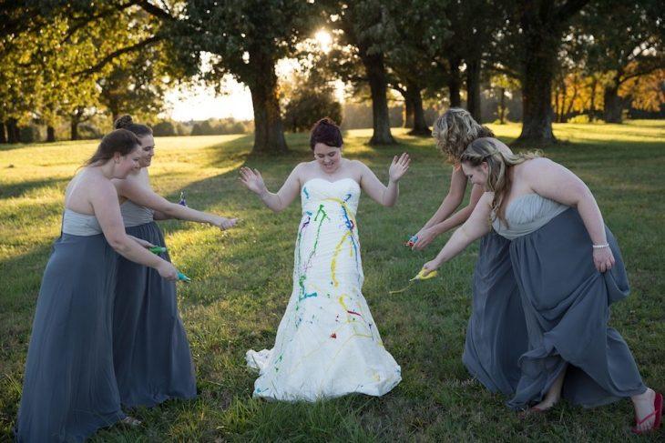 damas de honor llenando de pintura el vestido de la novia