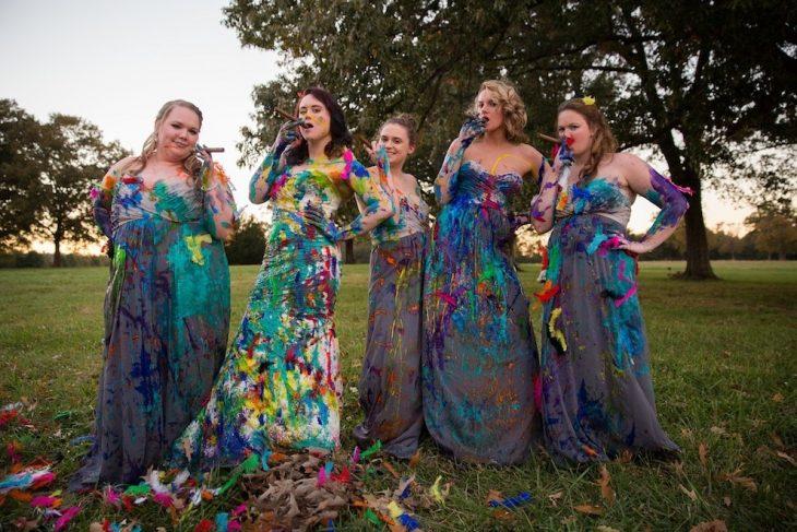 novia junto a sus damas con los vestidos llenos de pintura