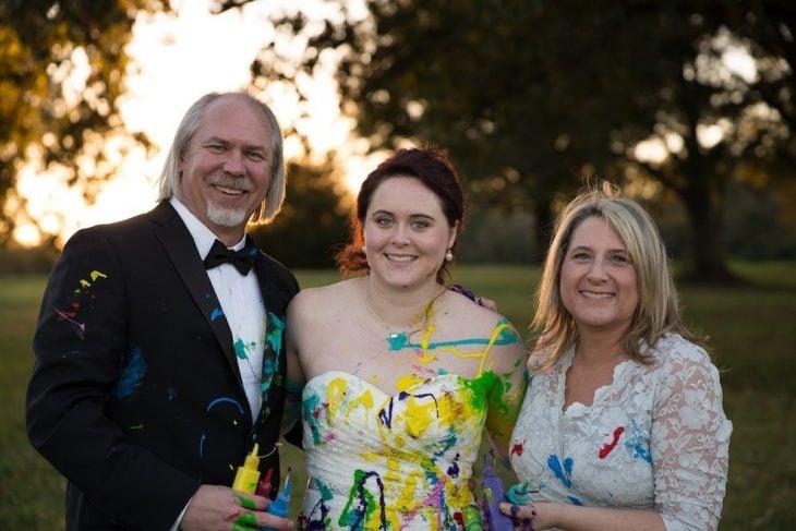 padres de la novia junto a ella posando para una foto