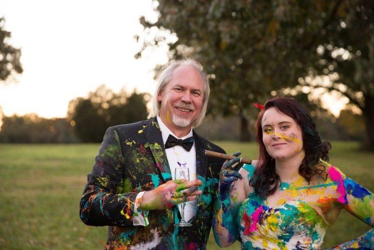 padre de la novia festejando con puros y champaña