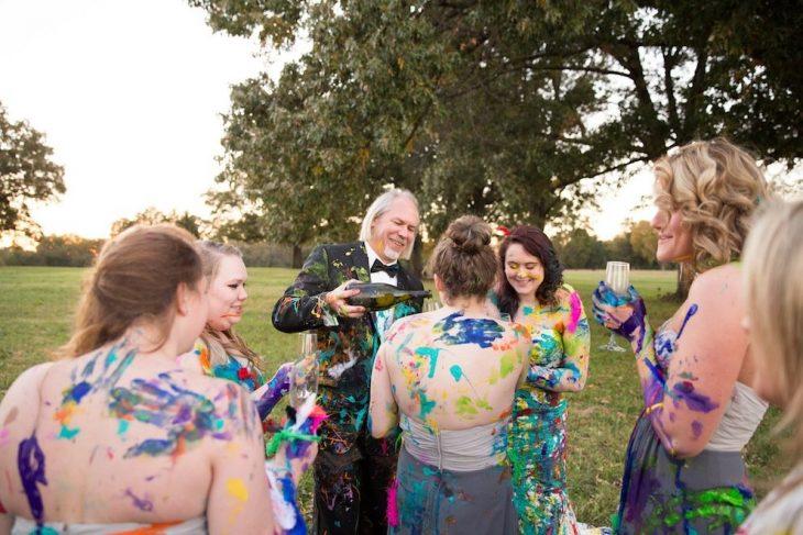 padres de la novia junto a ella y sus damas de honor manchando la ropa de pintura