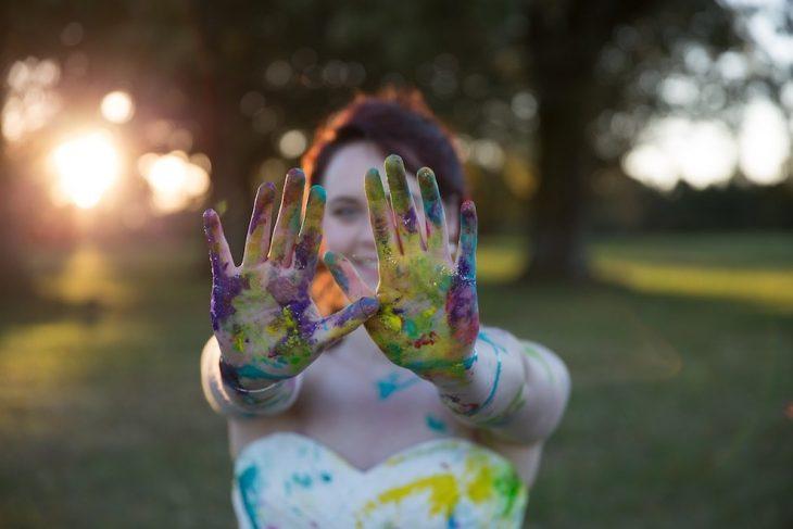 novia con las manos llenas de pintura al igual que su vestido