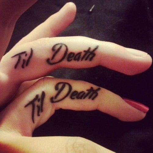 Pareja mostrando sus tatuajes en el dedo que dicen por siempre