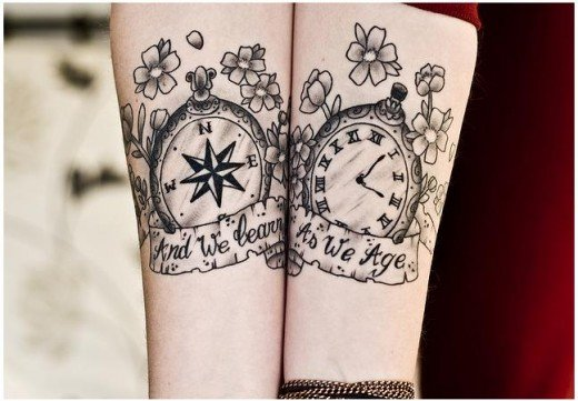 Pareja mostrando sus brazos con tatuajes en forma de brújula y reloj