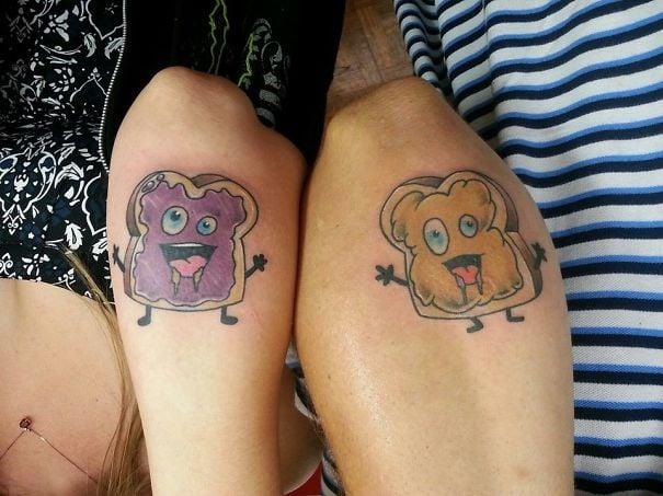 brazos de una pareja mostrando sus tatuajes en forma de pan tostado con mermelada y mantequilla