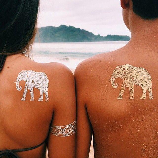 Pareja mostrando sus tatuajes en forma de elefante