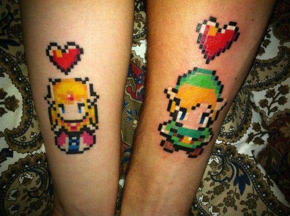 Pareja mostrando sus tatuajes en forma de los personajes de legend of zelda