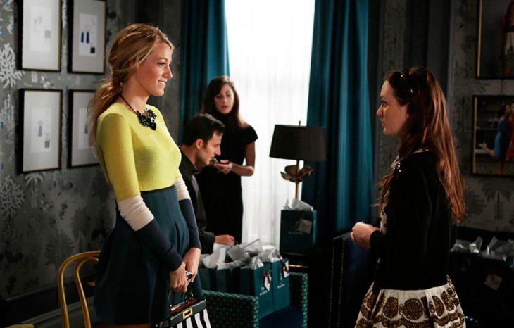 escena de la serie gossip girls serena y blair hablando durante una reunión