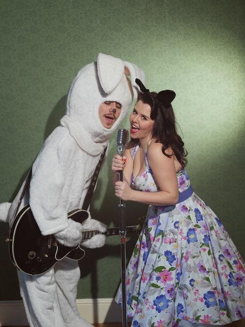 pareja de novios cantando vestidos de conejo y de gato