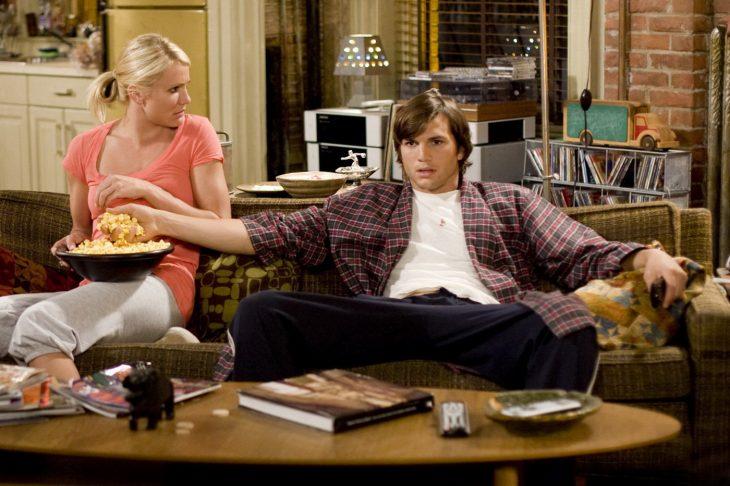 escena de la película 'lo que pasa en las vegas' cameron Diaz y ashton kutcher sentados en el sofá