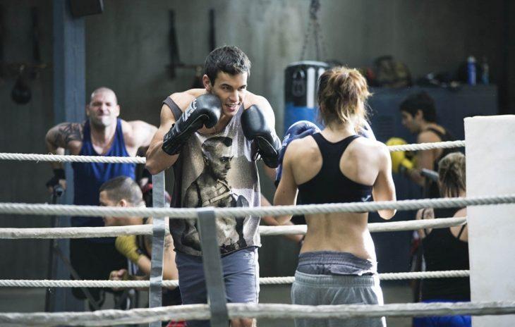 escena de la película 'tengo ganas de ti' mario casas y clara lago peleando en un ring