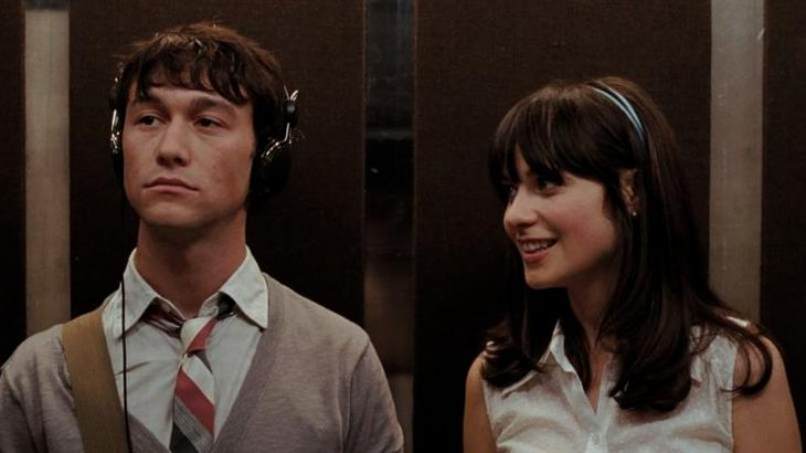 escena de la película '500 días con ella' donde van en el elevador escuchando música