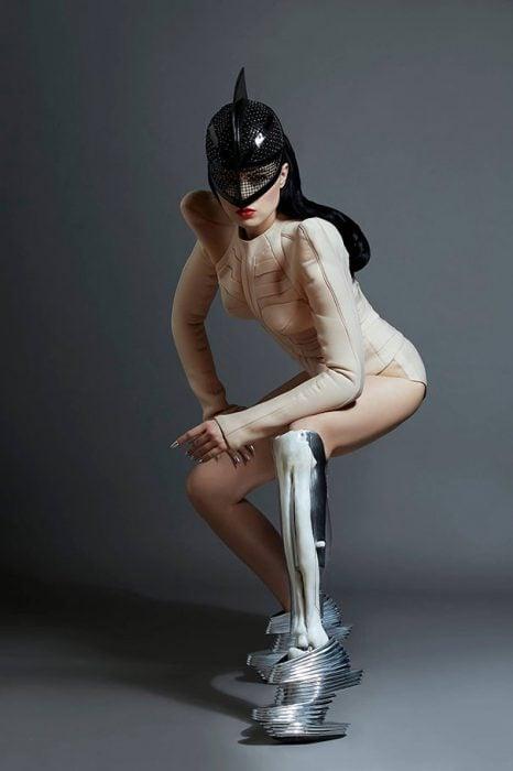 modelo Viktoria Modesta posando de mnera inclinada con su prótesis de pierna