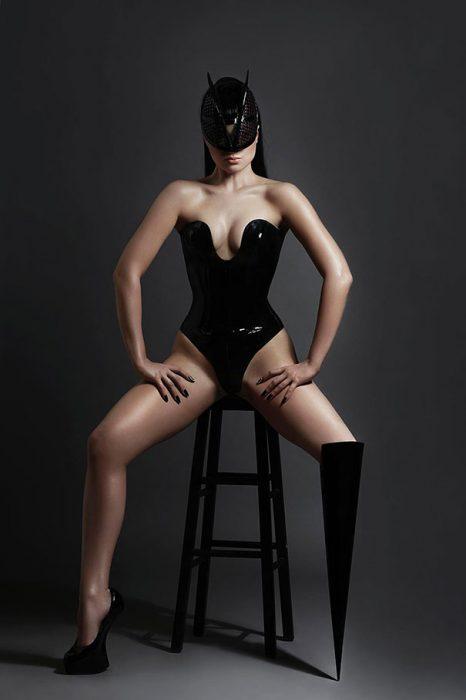 modelo viktoria modesta sentada mostrando su pierna amputada