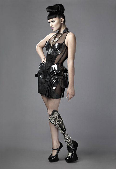 modelo Viktoria Modesta posando para una sesión de fotos mostrando su pierna de prótesis