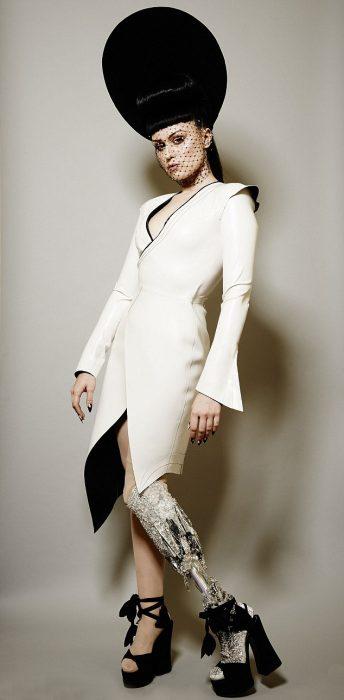 modelo Viktoria Modesta posando con un traje blanco y decoraciones en su pierna de prótesis