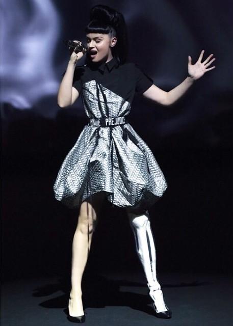 modelo y cantante Viktoria modesta dando un concierto