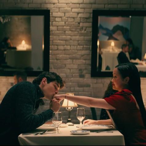 Pareja en cena romántica en un restaurante