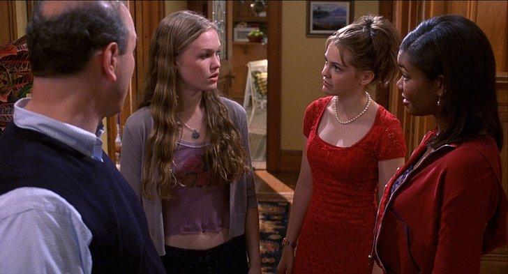 escena de la película 10 cosas que odio de ti hermanas pidiendole permiso al papá para salir