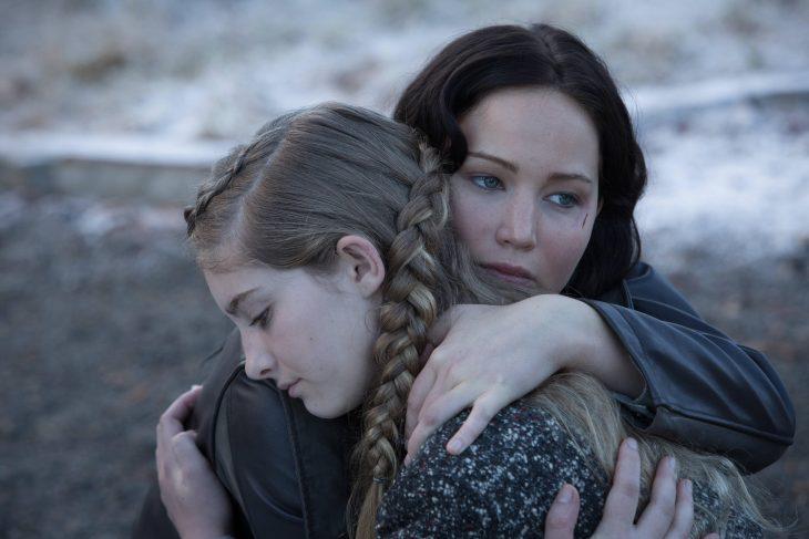 escena de la película lo sjuegos del hambre katniss abrazada a su hermana