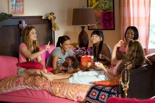 chicas en un dormitorio conversando