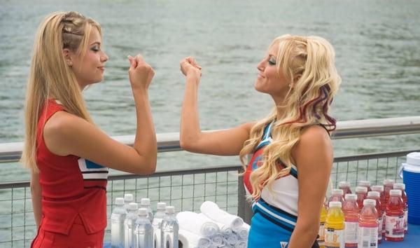 chicas con uniforme de porrista chocando las manos