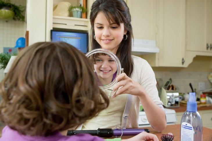 chica enseñandole a una niña su reflejo en el espejo