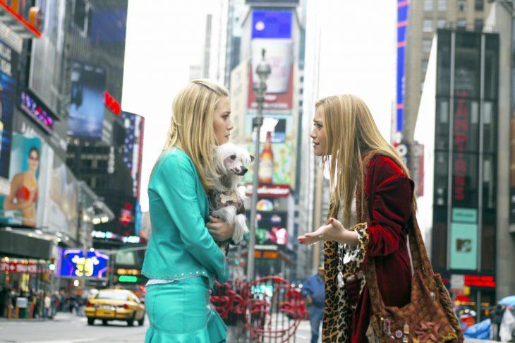 escena de la película un instante en nueva york gemelas olsen discutiendo en medio de la calle