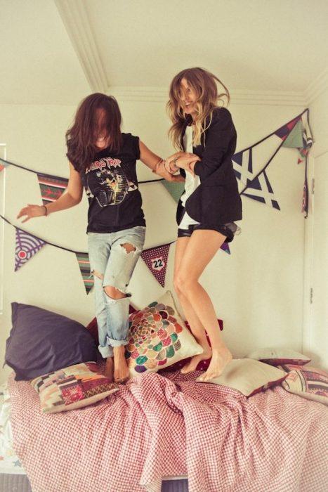 chicas saltando en la cama