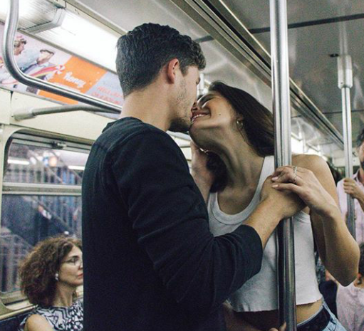 novios besándose en el metro
