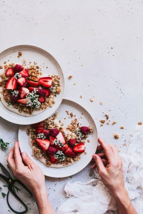 Platos con cereal y frutas