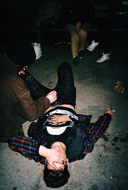 Chico acostado en el suelo