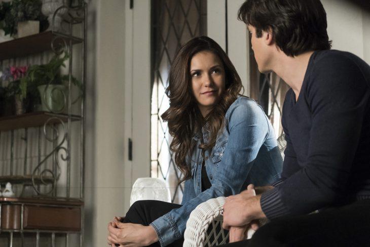Escena de la serie vampire diaries elena y damon conversando en el sofá