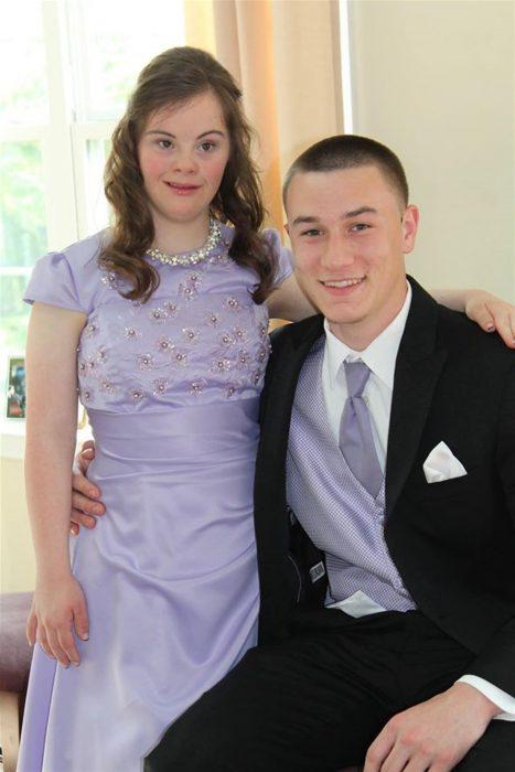Ben y Mary posando para una foto el día de su baile de graduación