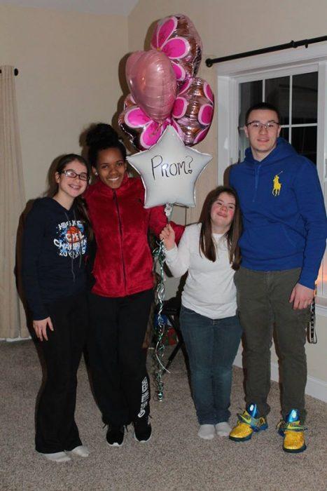 Ben y su amiga Mary sosteniendo unos globos con otras amigas