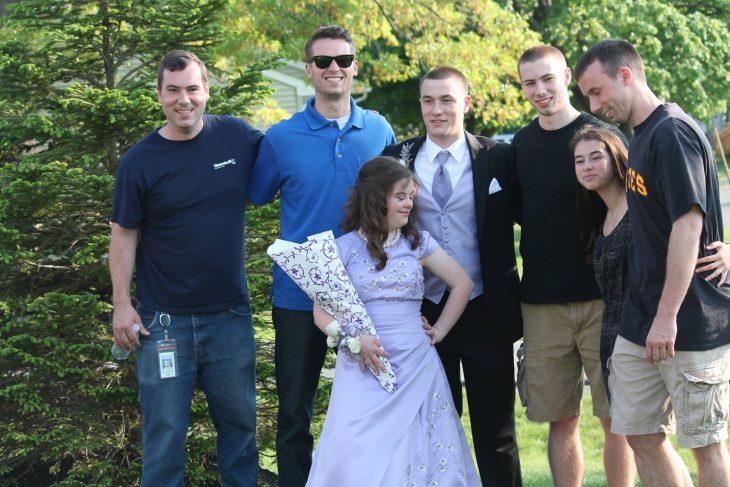 Mary posando con amigos el día de su graduación