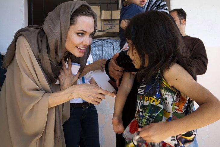 Angelina jolie ayudando a una niña
