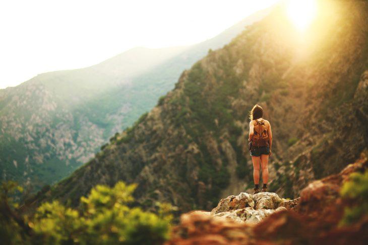 Chica a la orilla de una montaña