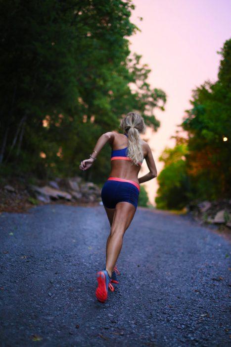 Mujer corriendo en una carretera